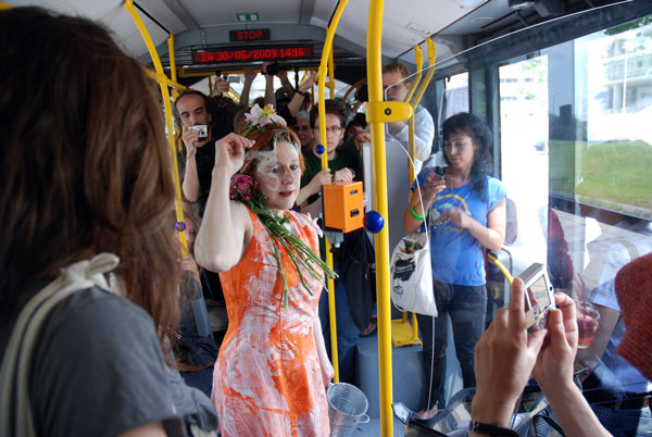 On a city bus line, Valentine Verhaeghe has flowers, white powder and sound poetry blaring from a walkman. The performance is inspired by Greek philosophers and cynics, and it also addresses the disappearance of Mediterranean plants.